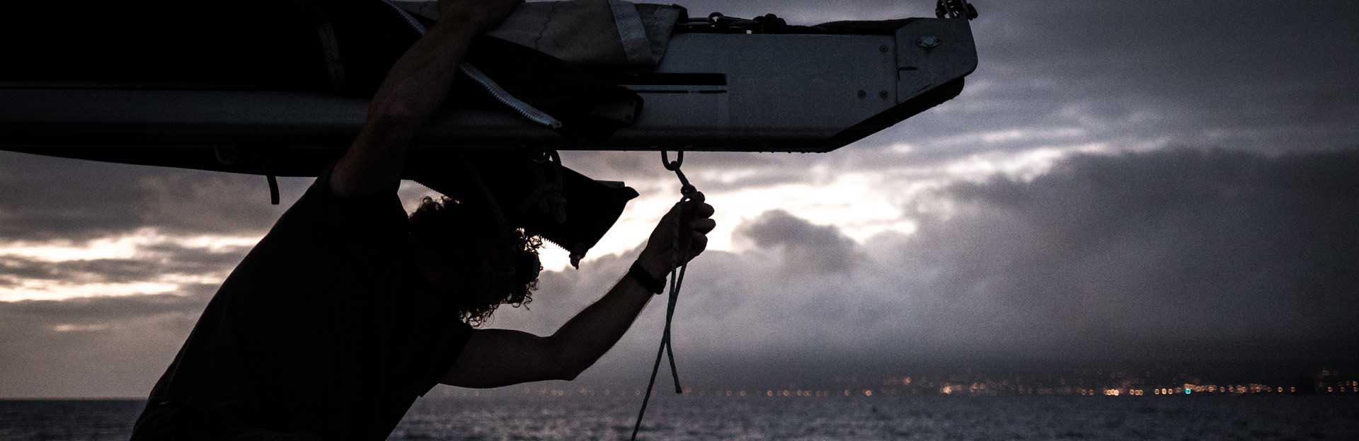nous croyons bateau au coucher de soleil